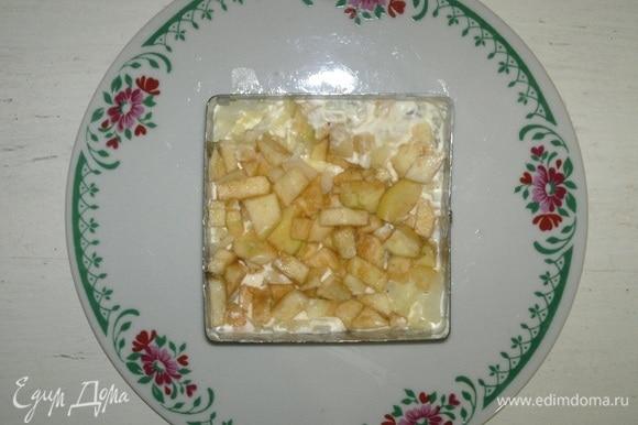 На лук выложить половину яблок.