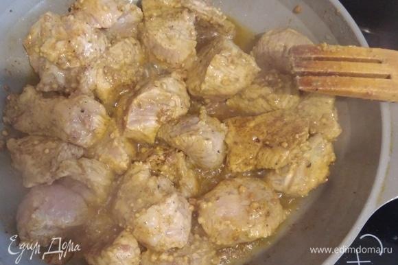 С мяса слить лишнюю жидкость, которая образовалась при мариновании. В сковородке разогреть ложку масла, тушить мясо 20 минут.