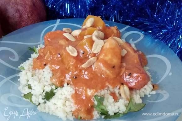 Готовое рагу посыпать оставшимся арахисом. Можно подавать как самостоятельное блюдо или с гарниром. У меня был рис с кинзой. Приятного аппетита!