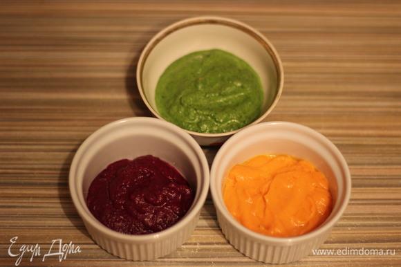 Погружным блендером в отдельных емкостях измельчить овощи и зелень. Добавить в каждую емкость по 1,5 ст. л. растительного масла, перемешать.