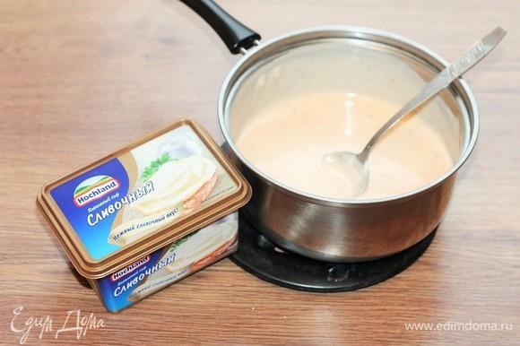 Добавляем плавленый сливочный сыр Hochland, сметану, приправу (сухая смесь), щепотку сахара, солим и перчим по вкусу. Перемешиваем и доводим соус до густоты (как тесто на оладьи).