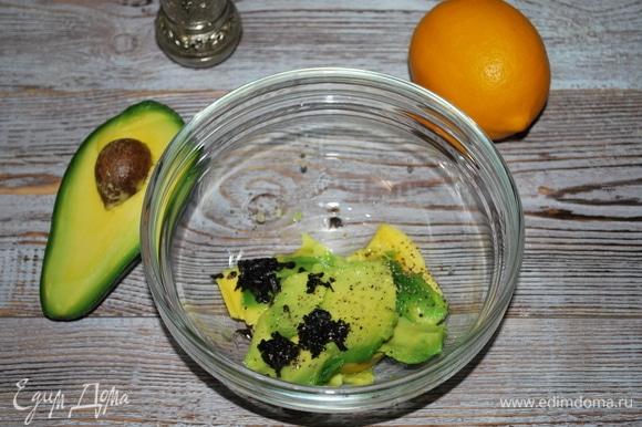 Авокадо разрежьте пополам и уберите косточку. Достаньте мякоть с помощью ложки. Смешайте мякоть авокадо, нарезанные листики базилика и сок лимона. Приправьте солью и черным перцем.