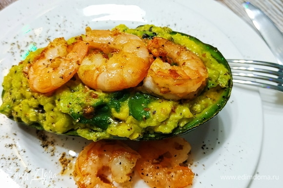 Кожуру половинок авокадо нафаршируйте пюре. Украсьте креветками (по желанию сбрызните оливковым маслом, в котором обжаривались креветки). Салат готов. Приятного аппетита.