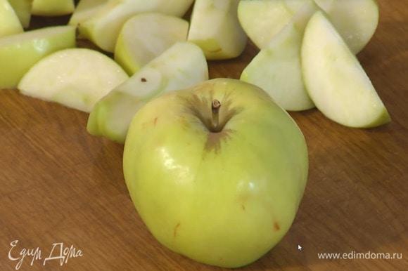 Яблоки, удалив сердцевину, нарезать дольками.