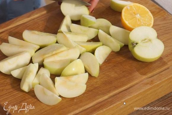 Выжать сок из лимона и полить нарезанные яблоки.