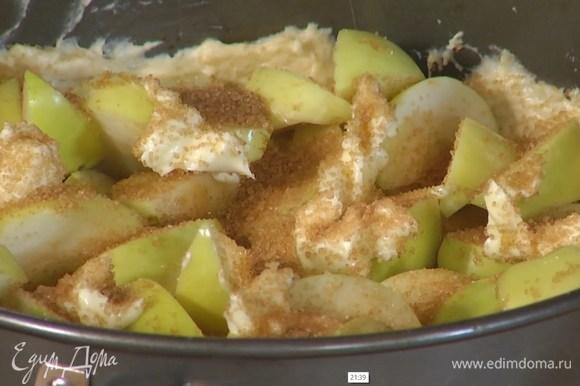 Выложить яблоки на тесто, сверху разложить кусочки оставшегося сливочного масла, посыпать сахаром.