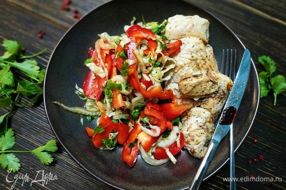 Сверху салат и грудку полила гранатовым соусом. Ужин за 10 минут готов.