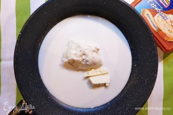 Из оставшегося сыра, сливочного масла и сливок приготовим соус. Выложим все ингредиенты в сотейник и на среднем огне доведем соус до желаемой степени загустения.