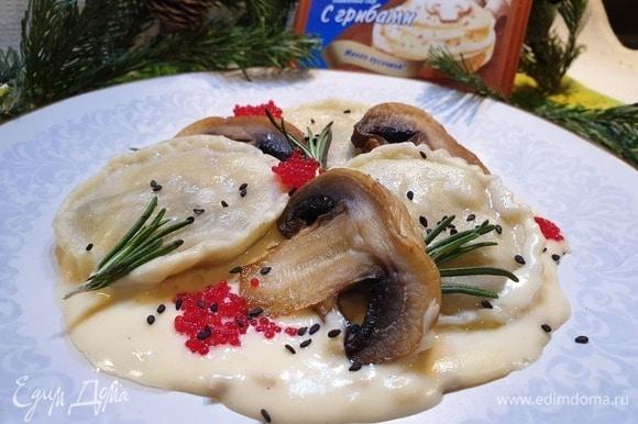 Подаем равиоли с морепродуктами и грибами, выложив их на соус. Для одной порции достаточно 3–4 равиоли.