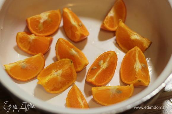 Охлажденные мандаринки разрезаем на 4 части (можно на большее количество частей, если мандарин крупный) и укладываем на дно кастрюли или таза для варенья срезом вверх. Если есть косточки, можно удалить их на данном этапе. Слой мандаринов засыпаем слоем сахара и так повторяем, пока не закончатся мандарины. Накрываем крышкой и оставляем при комнатной температуре на сутки. Сахар должен раствориться. Лучше не перемешивать и не трясти кастрюлю.