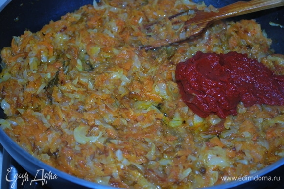 Когда овощи станут полупрозрачными, добавьте нарезанные помидоры (я убрала шкурку с помидоров). К обжаренным овощам в самом конце добавьте томатную пасту и сахар и протушите все вместе пару минут.