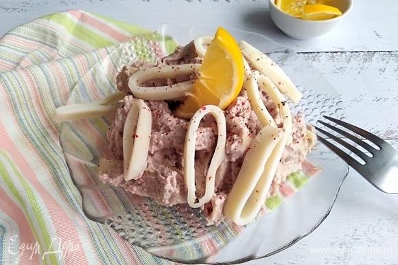 Подавать как холодную закуску, сбрызнув соком лимона. Рекомендую любителям морепродуктов!