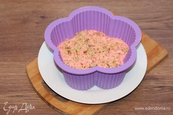 Выкладываем творожное тесто на корж и посыпаем просушенными и измельченными на сухой сковороде орехами.