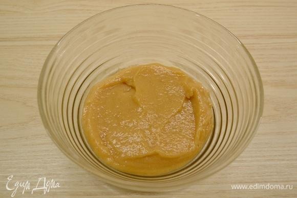 Яблочный пектин смешать с 50 г сахара. Добавить 200 г густого яблочного пюре. Пюре должно уверенно держаться на ложке и не стекать. Тщательно размешать и оставить на 1 час. Яблоки для пюре лучше взять зеленые, кислых сортов (по типу Гренни Смит).