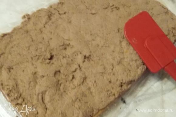 На пищевую пленку выложить пластом приготовленную смесь из печени.