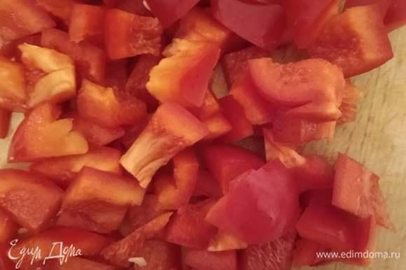 Болгарский перец очистить от семян и перепонок и нарезать.