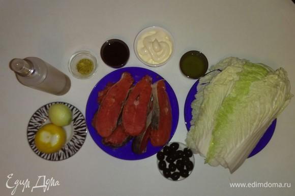 Вот все ингредиенты для этого рецепта. Рыбу я заранее нарезала, получилось 6 кусочков. Для этого рецепта я использовала липовый мед и лимонную приправу для рыбы. В ингредиентах я указала вес китайского салата — 220 г (этот вес соответствует весу 6 листов, которые необходимы для этого рецепта).