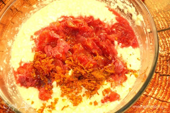 Добавить цедру и разобранные апельсины с сохраненным соком в подготовленную массу. Хорошо перемешать. Добавить просеянную муку с разрыхлителем, соль и ваниль по вкусу.