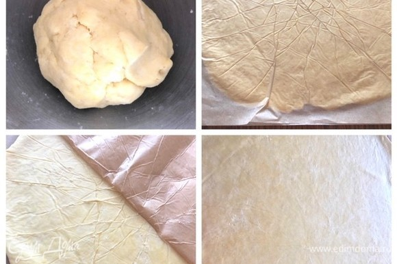 Тесто раскатываем между двумя листами пекарской бумаги ровной скалкой. Размер теста — около 37 х 37. Тесто раскатываем, чтобы покрыть форму. Тесто катаем от центра к краям и избегаем заломов бумаги, для этого приподнимаем бумагу и обратно ее приклеиваем и катаем дальше тесто. Очень важно не катать тесто, как на медовик — туда-сюда. Просто прокатываем тесто от центра к краям. В моем случае основа была тонкой, мне так нравится. Но есть люди, которым сам корж нравится потолще, соответственно, в таком случае и раскатываем тесто потолще.