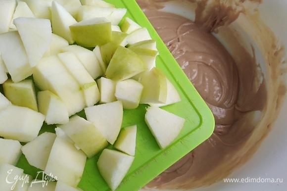 Яблоки очистить от шкурки или не очищать, по желанию. Нарезать кубиками. Вмешать в тесто. Духовку разогреть до 180°C.