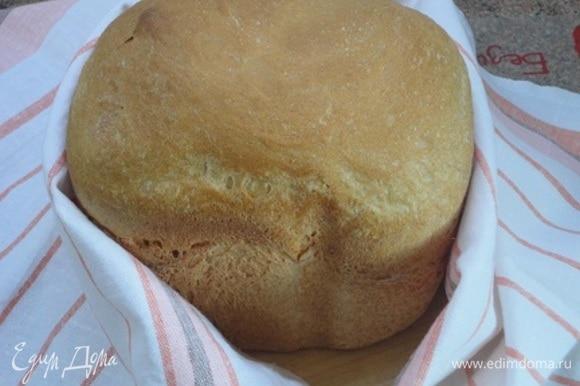 Теперь мы этот красавец-хлебушек завернем в полотенце и дадим отдохнуть. Второй раз я выпекаю булку среднего размера. Вес на выходе — 770–780 г.