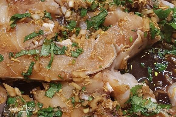 Рыбу промыть, просушить. Положить в форму для запекания и залить маринадом. Оставить так на 1 час.