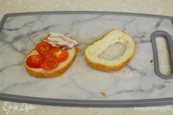 Из второго куска хлеба вырежьте серединку.