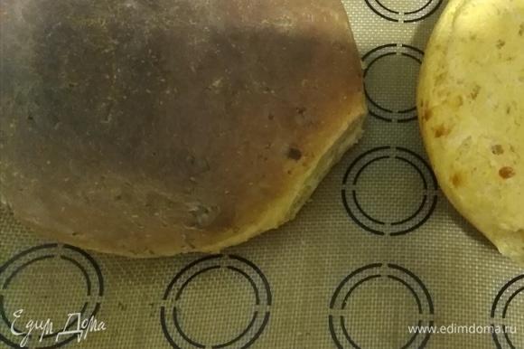 Выпекать хлеб 45 минут. В процессе выпечки я убавила огонь до 160°C, когда корочка подрумянилась. Остудить.