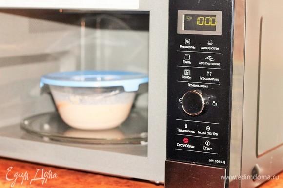 Прогреваем соус в СВЧ-печи в режиме «Микроволны», 1000 Вт. Доводим до кипения (3 минуты) и извлекаем миску.
