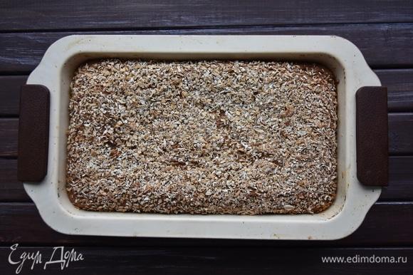 Выпекать хлеб в духовке, разогретой до 180°C.