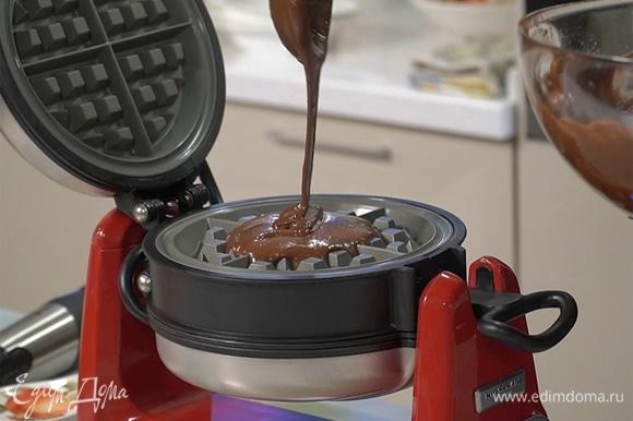 Хорошо разогреть вафельницу, влить тесто, пожарить вафли.