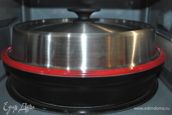 Закрыла чашу плотно крышкой и поставила в микроволновую печь на 10 минут (режим «Микроволны»,1000 Вт).