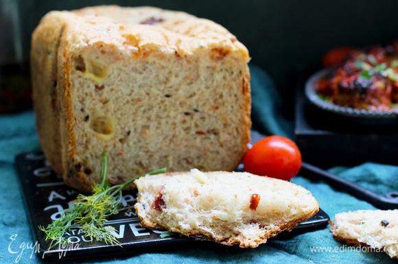 После завершения выпечки хлеб вытряхнуть, остудить на решетке.