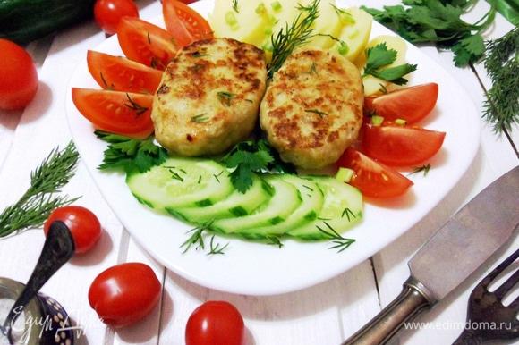Подавать с любым гарниром или свежими овощами, украсить зеленью.