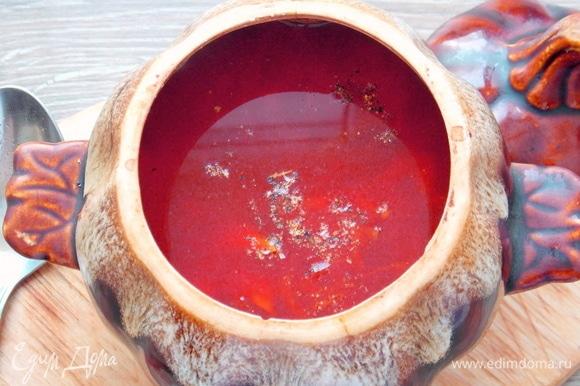 Доливаем горячую воду (бульон) и перчим. Ставим снова в микроволновую печку и готовим еще 2 минуты при полной мощности.