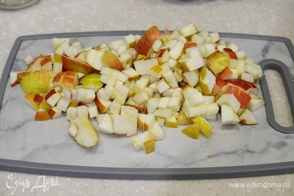 Яблоки хорошо промойте и нарежьте кубиком.