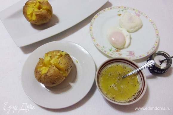 На теплом картофеле сделайте насечки крест-накрест, сожьмите бока и немного разверните картофель. Сливочное масло растопить в микроволновке, добавить соль и молотый перец.