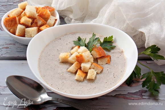Разливаем горячий грибной крем-суп по тарелкам, добавляем зелень и подаем. После того как все сядут за стол, кладем сухарики, а то размокнут.