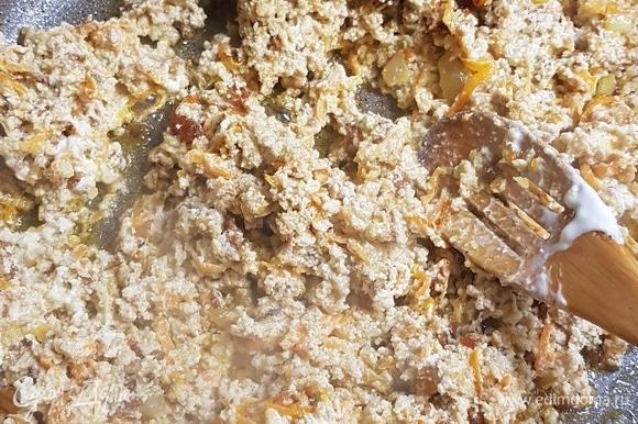 Когда мясо с овощами обжарятся, добавить к ним сметану, прогреть. В этот момент попробовать на соль.