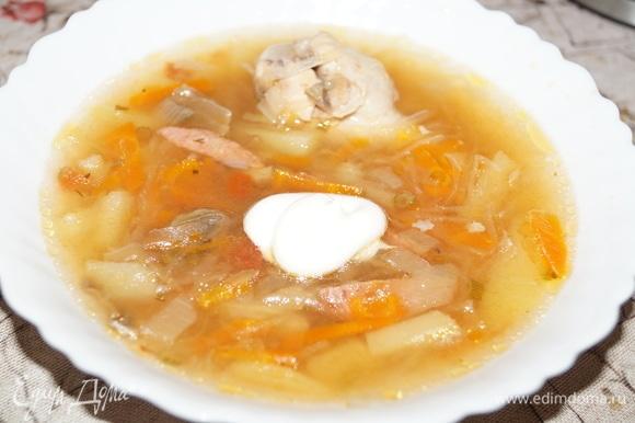 Разлейте суп по тарелкам, заправьте сметаной или майонезом, добавьте нарубленную зелень, если есть желание... Очень вкусно, полезно, ароматно...