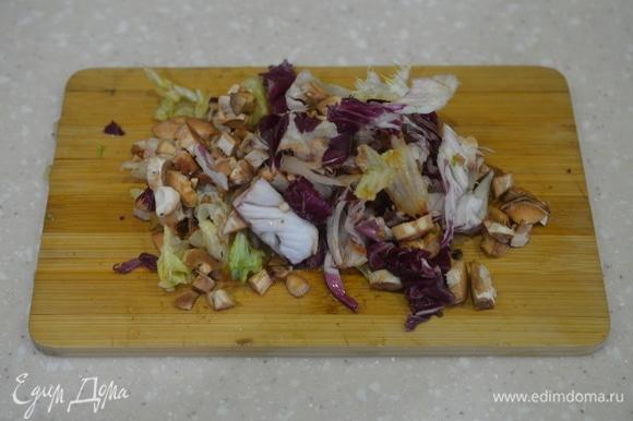 Нарезанные ножки грибов смешайте с листовым салатом, посолите и заправьте уксусом. Салат к грибам готов.