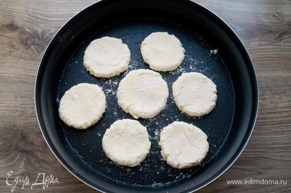 Ложкой придаем форму сырников из колобков, но не тонко.