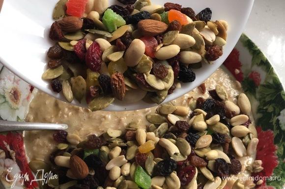 Добавьте по вкусу орехи, семечки, изюм, цукаты, экстракт ванили или миндаля.