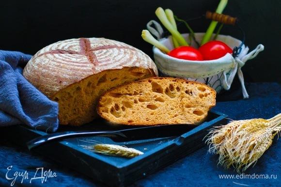 Чтобы приготовить подовый хлеб, включаем режим «Основной» — тесто. Далее выкладываем тесто в расстоечную корзину, даем подойти около часа и выпекаем в обрызганной водой духовке при 230°C первые 15 минут, потом при 200°C до готовности. Хлеб должен быть румяным и глухо постукивать.