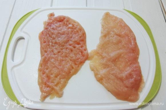Каждый кусочек филе отбить до толщины 3–4 мм.