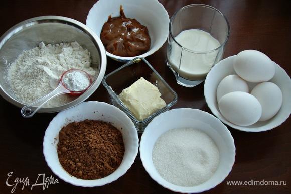 В первую очередь необходимо испечь бисквит. Для этого подготовить все необходимые ингредиенты.