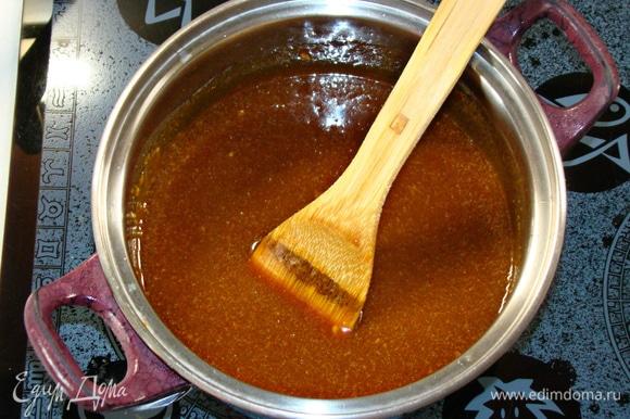 Затем влить горячие сливки и опять аккуратно перемешать.
