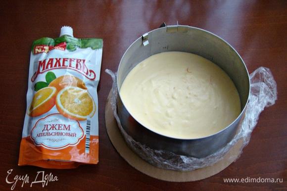 Апельсиновый мусс вылить на застывший карамельный слой и поставить в холодильник часа на 2.