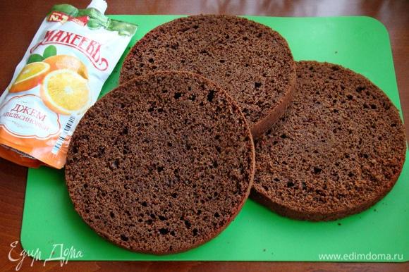Остывший бисквит разрезать на три коржа. Бисквит получается мягким и в меру сочным, поэтому не требует дополнительной пропитки. На блюдо установить кольцо и поместить нижний корж.