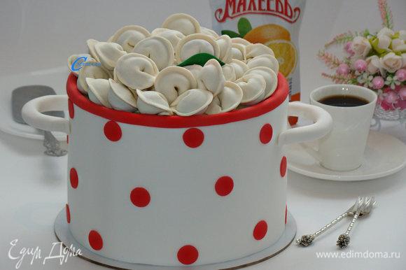 С помощью сахарной мастики торт украсить по своему вкусу. Сверху уложить шоколадные пельмени. Можно подавать к столу.